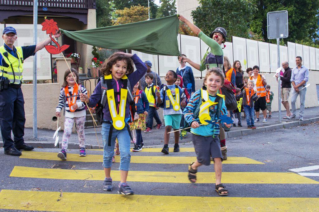 Des enfants contents                  d'aller à pied à l'école!